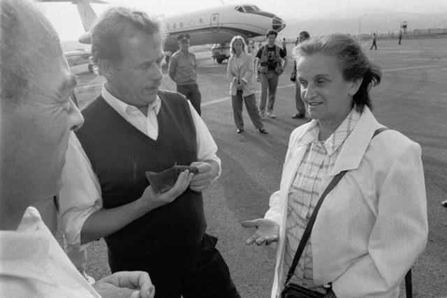Slovenská spisovatelka Hana Ponická při setkání na letišti ve Sliači s prezidentem Václavem Havlem (vlevo přihlíží ministr obrany ČSFR Luboš Dobrovský)
