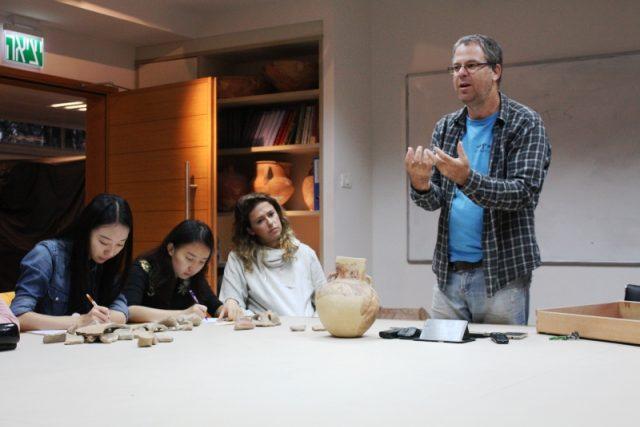 Dr. Yuval Gadot z univerzity v Tel Avivu při výuce   foto:  Tel Aviv University  (Archaeology and History)