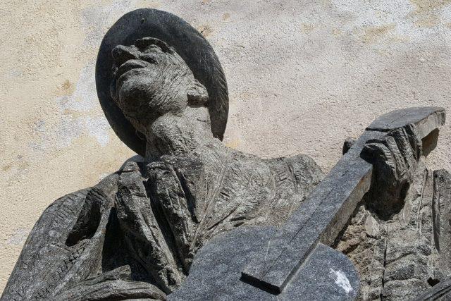 Pomník Karla Hašlera,  jeho píseň Po starých zámeckých schodech zlidověla | foto: Jolana Nováková,  Český rozhlas