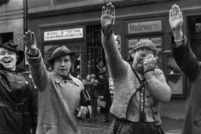 Obyvatelé Chebu zdraví německé jednotky vstupující v říjnu 1938 do města