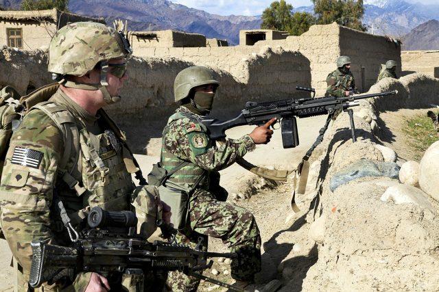 Dohoda nemusí být těžce vybojovaným kompromisem, ale jen zástěrkou pro stažení amerických vojáků. A Tálibán možná zase slibuje něco, co nemá v úmyslu dodržet.