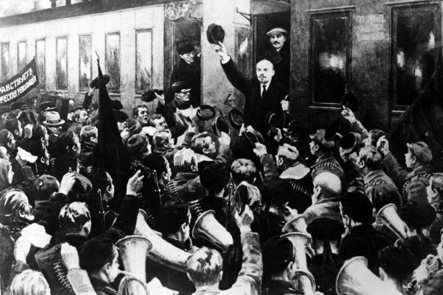 Lenin po návratu z exilu na petrohradském nádraží v dubnu 1917