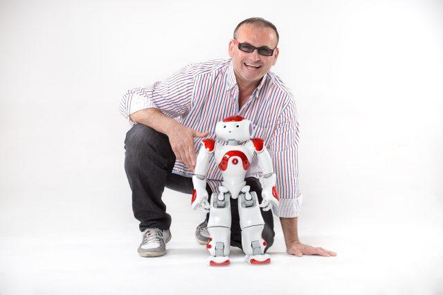 Vývojář umělé inteligence METILA a investor Gustav Mistrík a robot NAO