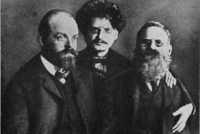 Izrael Gelfand (alias Alexandr Parvus), Lev Trockij a Lev Dejč ve vězení v Petrohradu (1906)