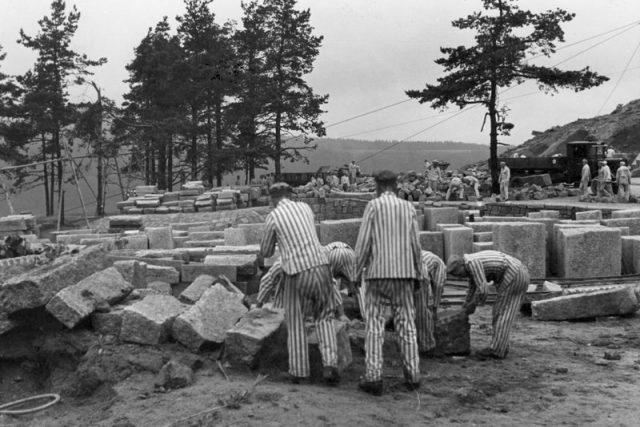 Nucené práce v kamenolomu v koncentračním táboře Flossenbürg