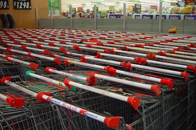 Nákupní vozíky před supermarketem