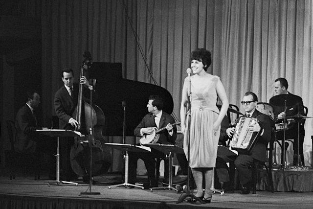 Zpěvačka Judita Čeřovská zpívá s orchestrem Slávy Kunsta, 14. dubna 1962