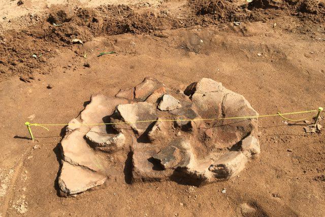 Při archeologickém průzkumu u Opatovic nad Labem se našla i keramická zásobnice z doby bronzové | foto: Ondřej Wolf,  Český rozhlas