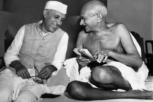 Džavaharlál Nehrú a Mahátma Gándrhí v červenci 1946