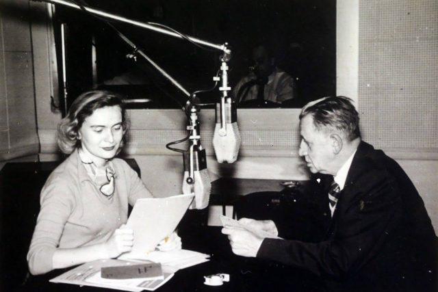 Jaroslava Fenclová Peroutková a Ferdinand Peroutka ve studiu Svobodné Evropy