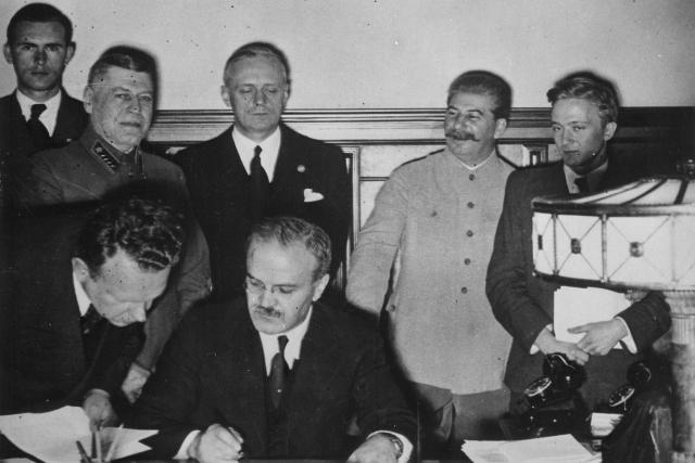Vjačeslav Molotov podepisuje sovětsko-německý pakt