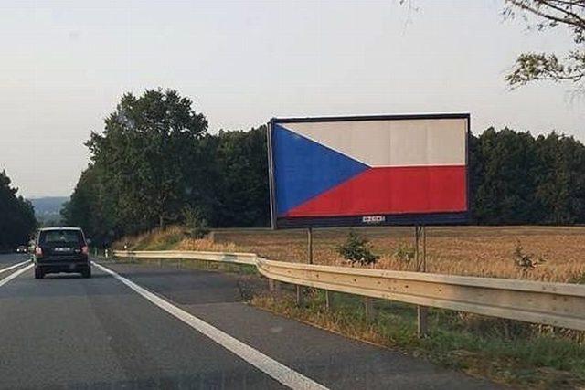 Billboardy s vlajkou se u dálnic objevily pár dní před zákazem.