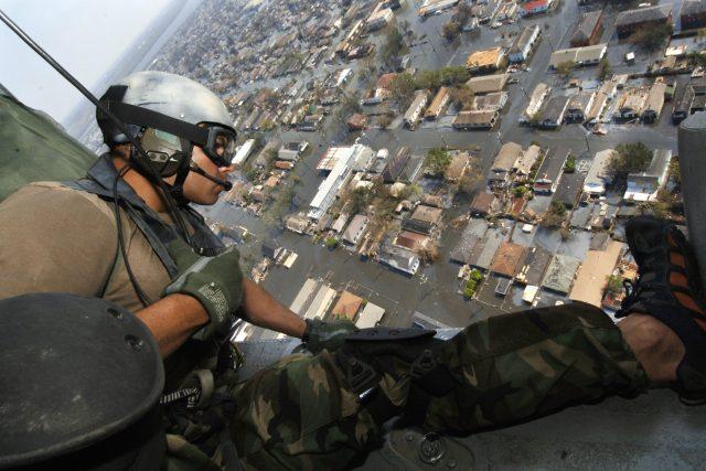 Záchranář shlíží na zaplavené ulice New Orleans po hurikánu Katrina