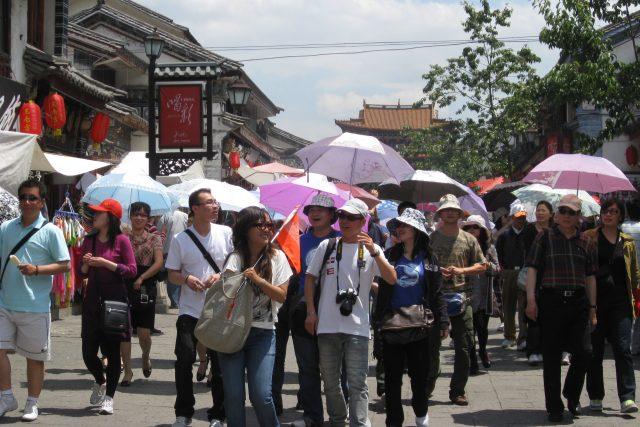 Čínští turisté berou turistické destinace útokem, přiváží s sebou ale také spoustu peněz.