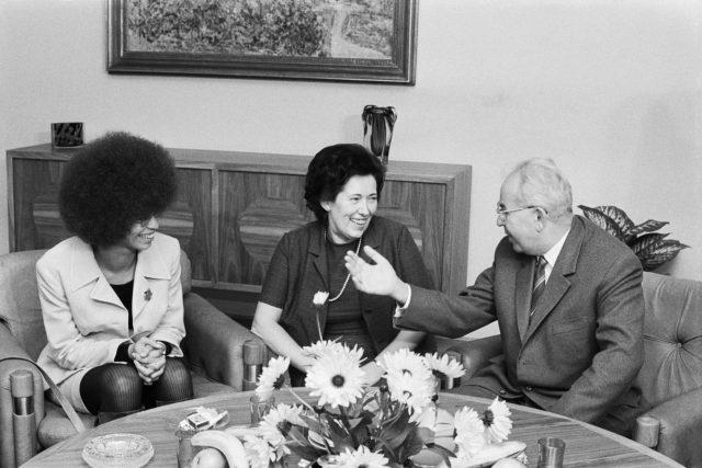 Generální tajemník ÚV KSČ Gustáv Husák přijal 26. září 1972 v budově ÚV KSČ v Praze k přátelskému rozhovoru členku ÚV KS USA Angelu Davisovou (vlevo)