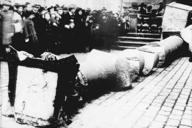 Mariánský sloup na Staroměstském náměstí v Praze byl stržen 3. listopadu 1918 rozvášněným davem