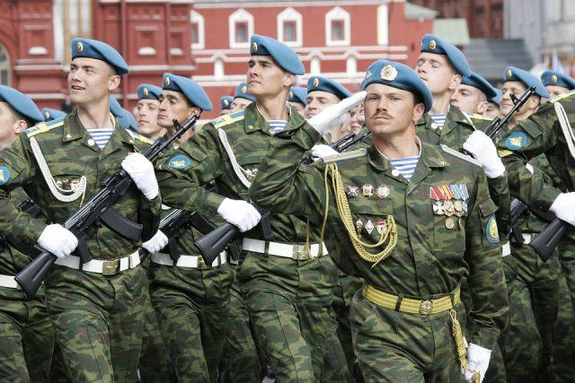 Ruští vojáci na vojenské přehlídce