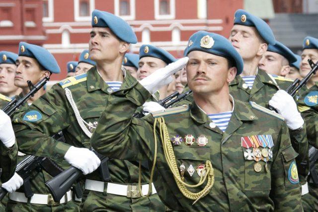 Ruští výsadkáři při přehlídce na Rudém náměstí v Moskvě | foto: CC0 Public domain