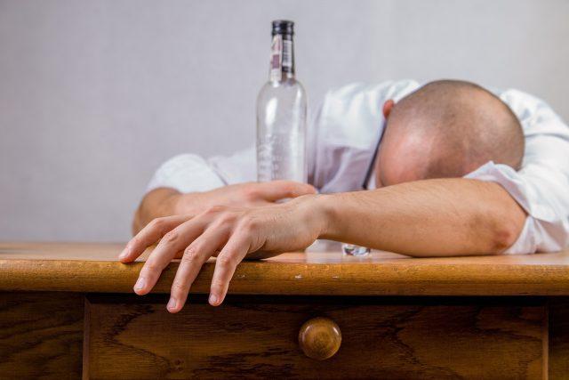alkohol,  alkoholik,  alkoholismus,  závislost | foto: Creative Commons CC0 1.0 Universal,  Fotobanka Pixabay