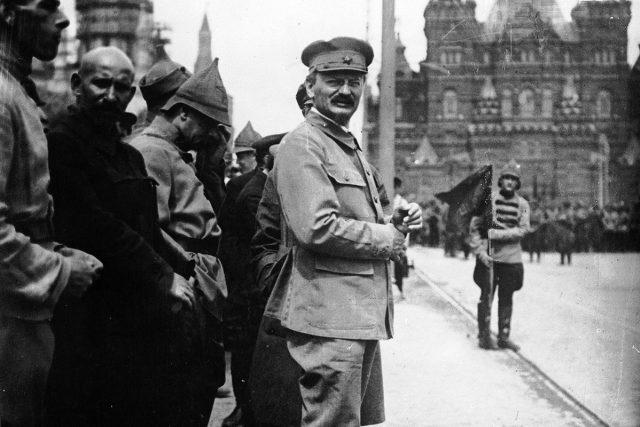 Lev Trockij na Rudém náměstí v Moskvě
