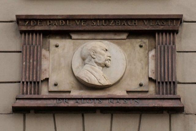 Alois Rašín na pamětní desce domu v pražské Žitné ulici 562/10, kde bydlel a před nímž byl postřelen