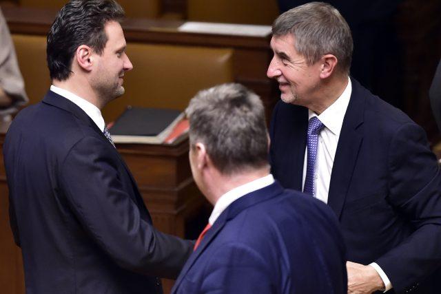 Nově zvolený předseda Radek Vondráček přijímá gratulaci od předsedy ANO Andreje Babiše na ustavující schůzi Poslanecké sněmovny