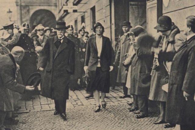 Alice Masaryková a T. G. Masaryk jdou k volbám (1929)