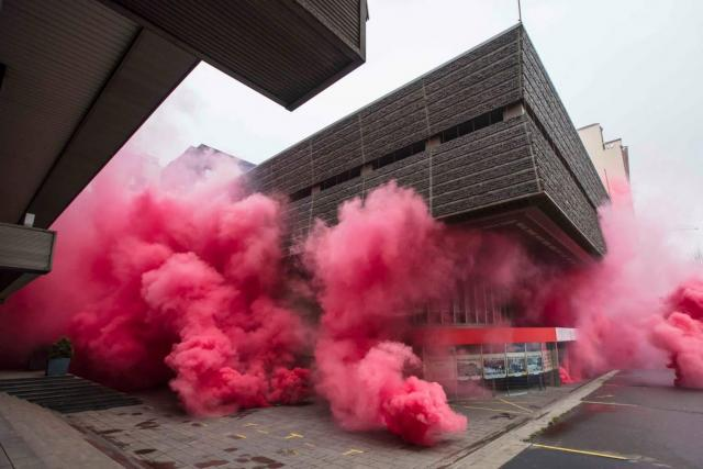 Budovu Transgasu zahalil růžový dým