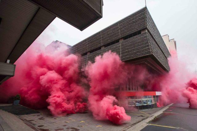 Budovu Transgasu zahalil růžový dým | foto:  Bolt958