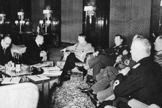 Emil Hácha během jednání s Adolfem Hitlerem v březnu 1939