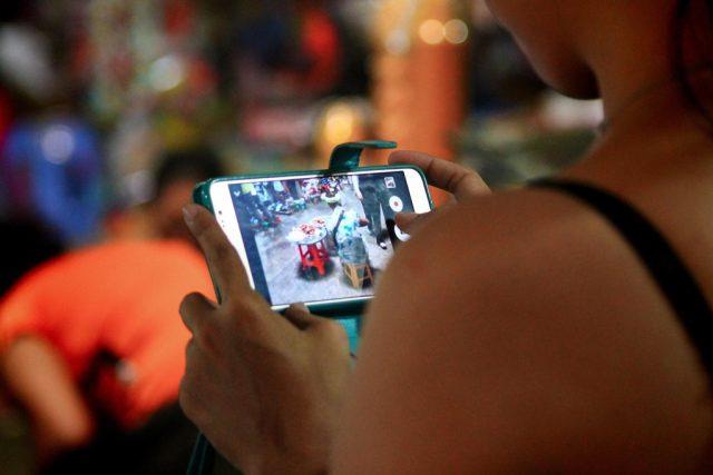 Fotografování mobilním telefonem   foto: Fotobanka Profimedia