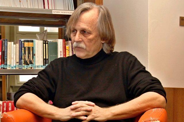 Mnozí ho znají jako písničkáře, jiní jako spisovatele a překladatele, a někdo si jeho jméno spojuje s Českým centrem Mezinárodního PEN klubu. Řeč je o Jiřím Dědečkovi, který právě slaví 65. narozeniny