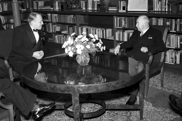Sovětský velvyslanec v ČSR Valerian Alexandrovič Zorin navštívil prezidenta republiky Edvarda Beneše na Pražském hradě před odjezdem z republiky, prosinec 1947