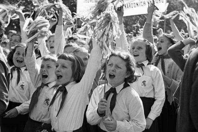 Pionýři v prvomájovém průvodě na Václavském náměstí v Praze v roce 1957