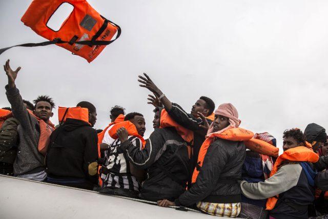 Počty migrantů a uprchlíků mířících do Evropy klesají