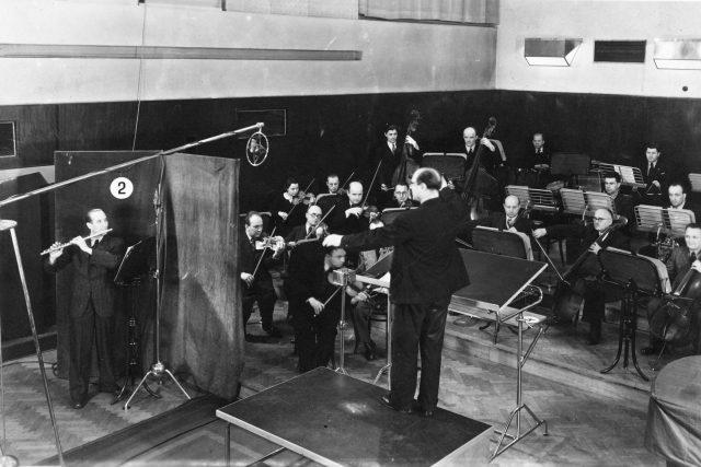 ORO v roce 1937 v ostravském studiu S1 (s dirigentem Fr. Divišem a sólistou A. Bursíkem)
