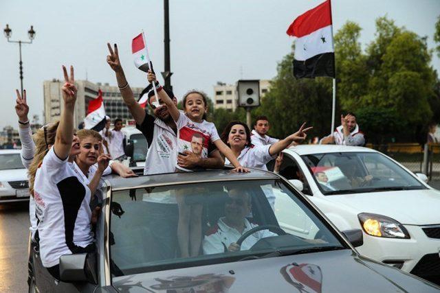 Obyvatelé Damašku oslavují znovuzvolení prezidenta Bašára Asada v roce 2014