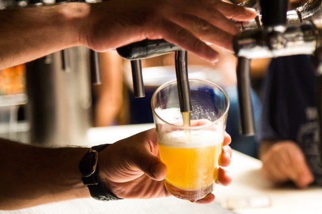 Každý Čech dnes vypije 138 litrů piva ročně. Díky poklesu zájmu klesá produkce a prodej se snížil o 2, 1 %  (na 16, 04 milionu hektolitrů). Rostl ale vývoz,  kdy se meziročně zvýšil o 4, 5 % | foto: CC0 Public domain