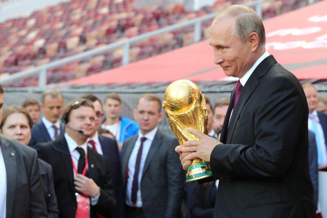Vladimir Putin s trofejí pro vítěze fotbalového mistrovství světa