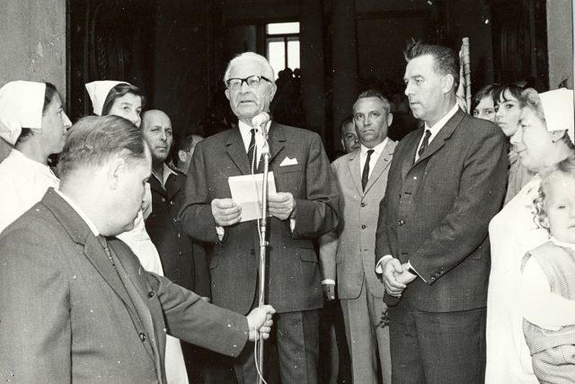 Prezident Ludvík Svoboda při návštěvě severozápadních Čech 30. června 1968. Projev před radnicí v Lounech