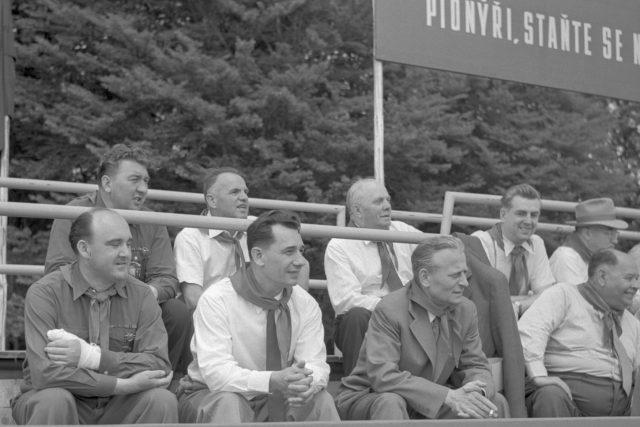 Oslava Mezinárodního dne dětí v Lánech v roce 1958. První zprava Antonín Novotný, uprostřed Rudolf Barák