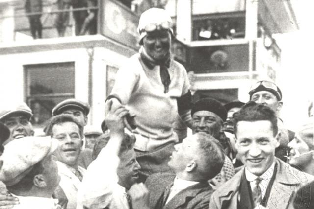 Eliška Junková na ramenou fanoušků po Velké ceně Německa na Nürburgringu, kde získala první místo (1927)