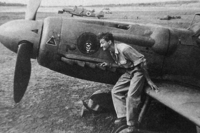 Pozdější izraelský prezident Ezer Weizman během izraelské války za nezávislost a jeden z letounů Avia-S-199, dodaných tehdy tajně do Izraele československou armádou