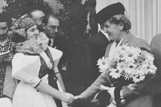 Hana Benešová děkuje za hanácký kroj, který dostala darem při návštěvě v Olomouci (červenec 1946)