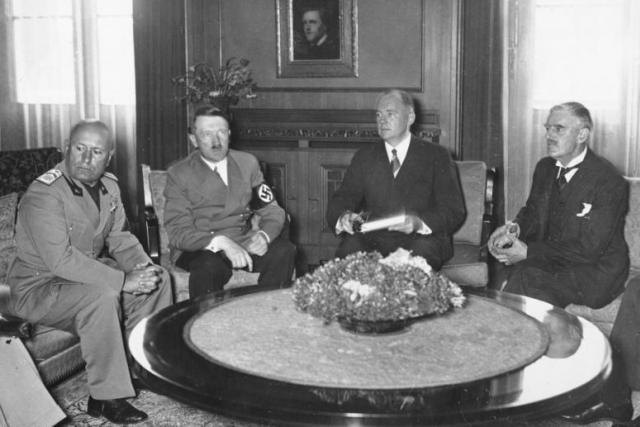 Benito Mussolini, Adolf Hitler, Paul Otto Gustav Schmidt a Neville Arthur Chamberlain