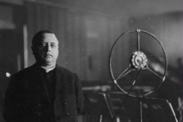 Jan Šrámek u rozhlasového mikrofonu (nedatováno)