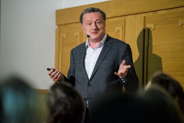 Prorektor Univerzity Karlovy pro vědu a výzkum a vedoucí výzkumné skupiny na Ústavu organické chemie a biochemie Akademie věd ČR Jan Konvalinka