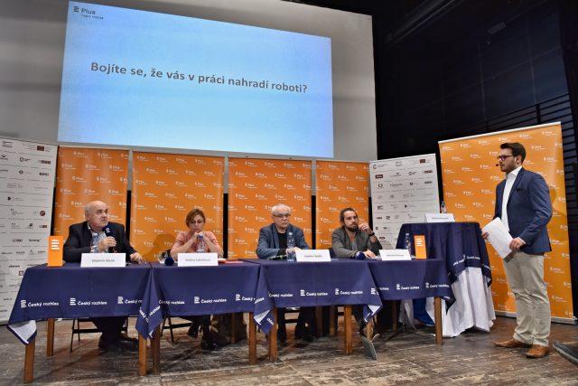 Hosté veřejné debaty Plusu v Jihlavě a moderátor Michael Rozsypal