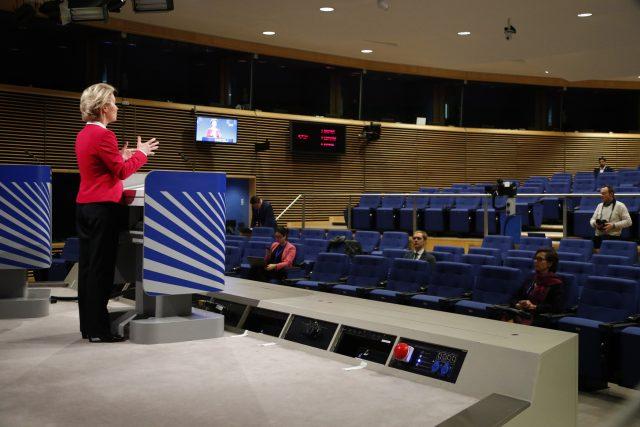 Předsedkyně Evropské komise Ursula von der Leyenová před novináři na tiskové konferenci v Bruselu