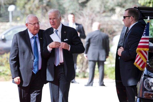 V březnu 2016 navštívil tehdejší viceprezident USA Joe Biden Izrael. Na snímku s izraelským prezidentem Reuvenem Rivlinem | foto: Fotobanka Profimedia